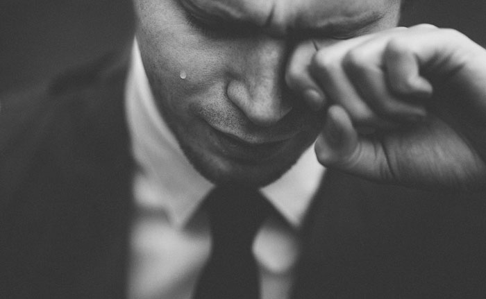 感動して泣いている人
